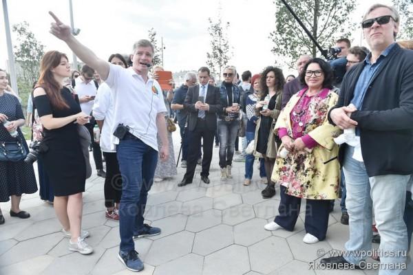 Прогулка по парку «Зарядье» с руководителем Департамента культуры города Москвы Александром Кибовским